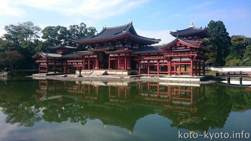 柱や扉は赤茶色の顔料「丹土(につち)」で塗り直されている